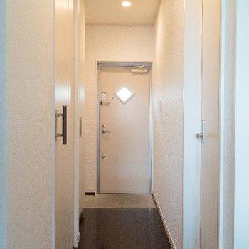 玄関ドアの菱形がオシャレ