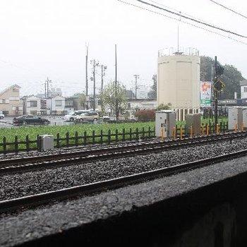 窓の外はすぐ西武線の線路