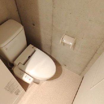 電気温水器の隣にトイレ。