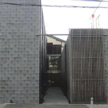 外観は荒々しいブロック塀。