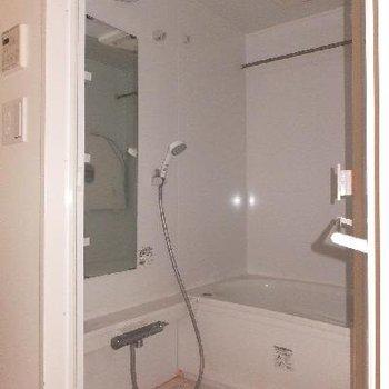 お風呂は浴室乾燥、追い焚き付。洗面台前が脱衣所です。