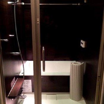 一転、ラグジュアリー感あふるるバスルーム。※写真は別部屋です