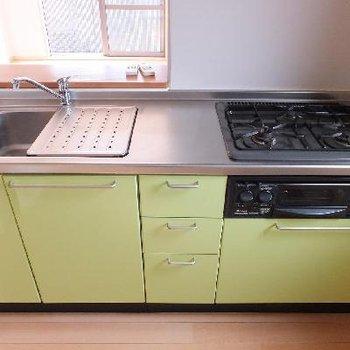 設備充実のキッチン!※画像は別室ですがキッチンのタイプは同じ、色はブルーです