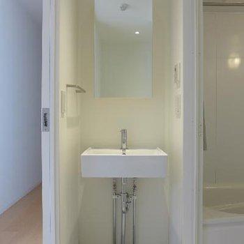 洗面台もシンプルで美しい。