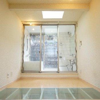 2階です!ガラスで区切られた水回り!