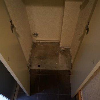 玄関横の洗濯機置場です。