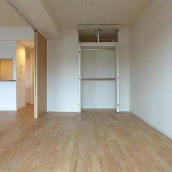 南側の7.3帖の洋室。