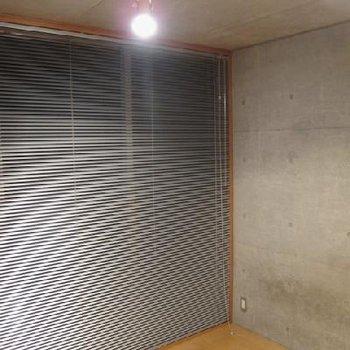 窓はどちらのお部屋もブラインドが備え付けてあります。※写真は別タイプのお部屋です