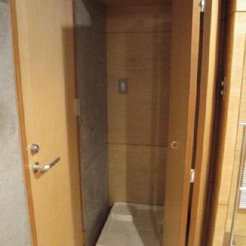 洗濯機置き場、室内で、色々隠せるのが嬉しいですね。※写真は別タイプのお部屋です