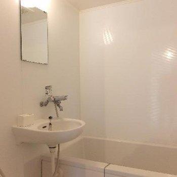 お風呂は2点ユニットでコンパクト。