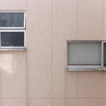 眺望は横の建物。。でも窓を開けても静かですよ!