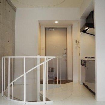 玄関から階段で地下に降りれます。