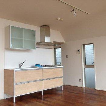 明るく開放的なキッチン※写真は別部屋(反転)