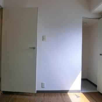 4.5畳の洋室部分。小さめの収納付き