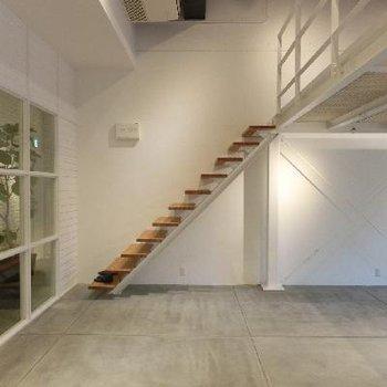 こちらの階段から上へ。