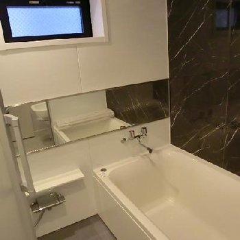 お風呂にも小窓がついています!横幅の広い鏡は使い勝手がいいです!