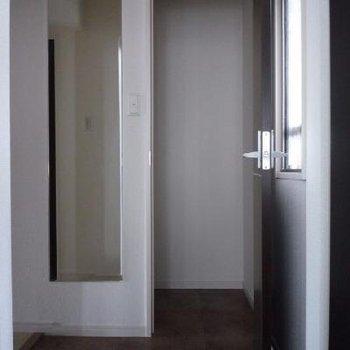 玄関には大きな収納と姿見ガラスが嬉しいです