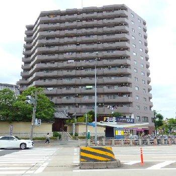 駅前の交差点に建つ、立派な分譲マンション