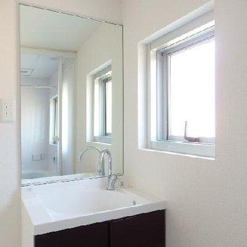 洗面台もオシャレ。窓が付いていて、朝気持ちよさそうです