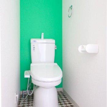 トイレにはウォシュレット付き。そしてビビットカラー