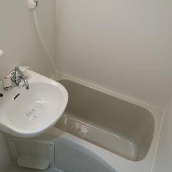 お風呂はちょっぴりコンパクト。