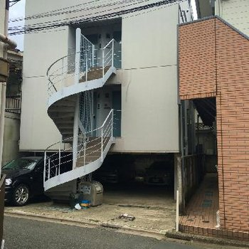 螺旋階段をくるりと上がった2階がお部屋