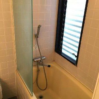 上にカーテンレールがないですが濡れてもいいように床はタイル張りなので安心♪