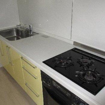 キッチンは3口コンロ!調理場もあって言うこと無し!