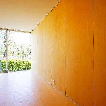 無垢の壁に一面の窓!