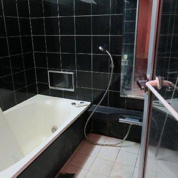 黒タイルでシックなお風呂は浴室乾燥付き!