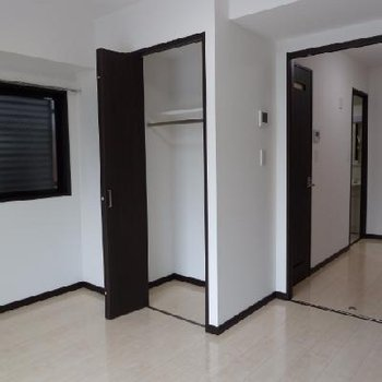 黒いドアがお部屋を引き締めますね
