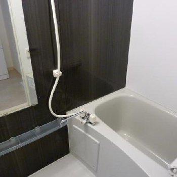 浴室の壁も黒でシックですね
