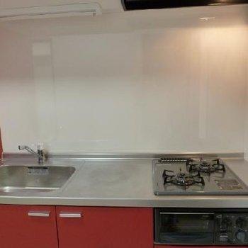 調理スペースもゆとりがあって、2口コンロにグリル付きです!贅沢です!
