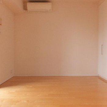 奥行きはこんな感じ。長方形のお部屋です。