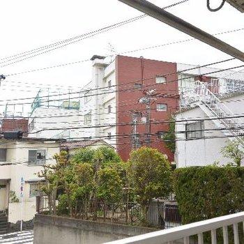 部屋からの眺め。建物が低いので圧迫感はありません。