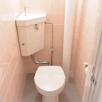 トイレにはむき出しの配管