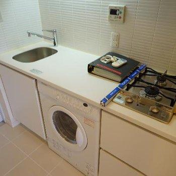 キッチンはゆったりしてます。下に洗濯機が!
