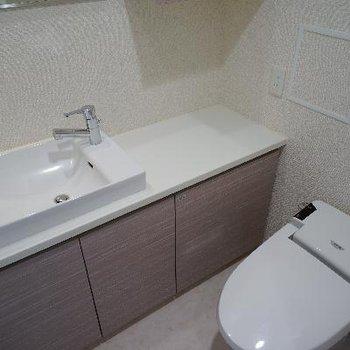 タンクレスのトイレと可愛い洗面台。