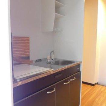 キッチンはコンパクト!IHです。※写真は別部屋