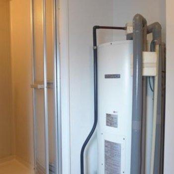 お風呂の横に給湯器が設置してあります。※写真は別部屋