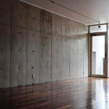 コンクリート打放の壁  ※間取りの似ている別部屋の写真です