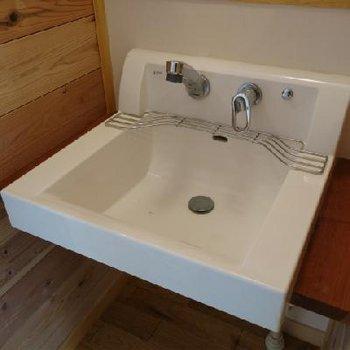 洗面台、大きくていい感じ。※写真は別部屋です