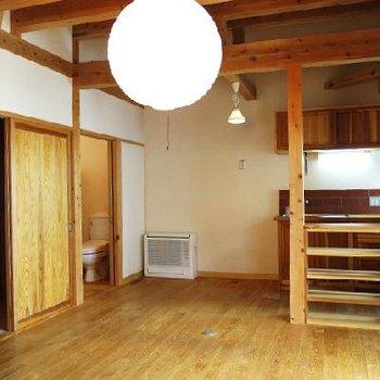 キッチン側。スペースは沢山。※写真は別部屋です