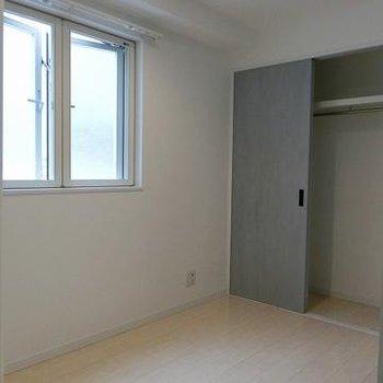 こちらは寝室スペース ※写真は別部屋