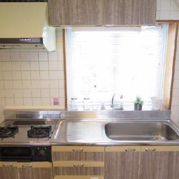 キッチンは木目シートがはられています