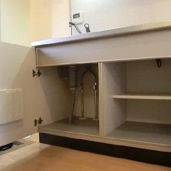 嬉しい2段の収納。食器と、鍋と、フライパンと…上にも収納あります☆