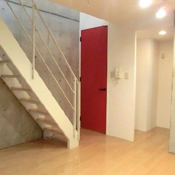 赤い扉と階段が印象的!