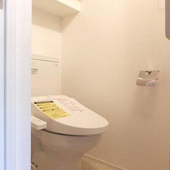 小さな平米数ながら個室のトイレがうれしいですね。※写真は別部屋