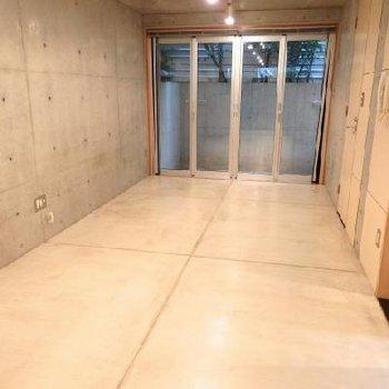 コンクリクリア仕上げの床です※写真は別部屋