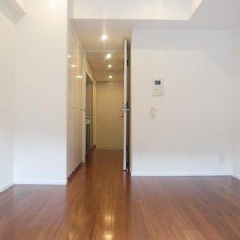 ツルッとしたフロアが気持ちの良いお部屋です。※写真は別部屋(収納位置が違います)